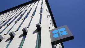 Sube la tensión entre aliados árabes de la OPEP, que 'deja en el aire' extender recorte a la producción