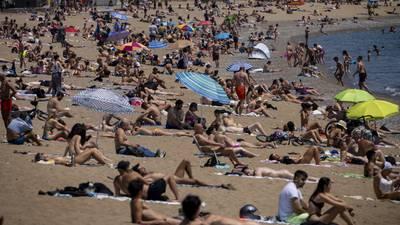 A Europa le 'urge' llenar las playas: Parlamento aprueba certificados para viajar sin hacer cuarentenas