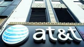 AT&T suma 756 mil clientes y reduce flujo negativo en 2T18