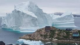 Un enorme iceberg avanza a la deriva cerca de un pueblo de Groenlandia
