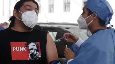 México aplica 975,304 dosis de vacunas COVID; van 69.8 millones en total