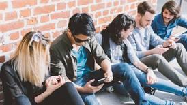 Los millennials compran como sus padres, pero son más pobres, dice la Fed