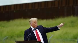 Trump critica política migratoria de Biden en visita a la frontera con México