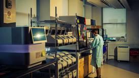 Variantes COVID aparecen a la 'velocidad de la luz' y laboratorios no están listos para identificarlas
