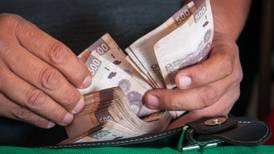 Aseguradoras resistirían recorte de AMLO a prestaciones de burócratas: Fitch