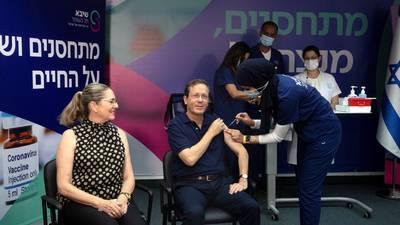 Presidente de Israel da 'banderazo' a aplicación de tercera dosis de vacuna COVID