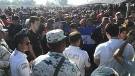 Integrantes de caravana entran a México 'a cuentagotas'; se entregan a Migración