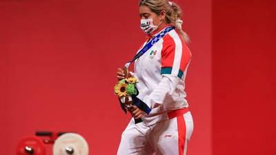 Aremi Fuentes, bronce en Tokio 2020, recibe de Gobierno de BC un cheque 'de chocolate' y sin fondos