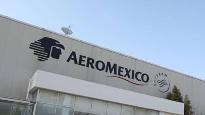 Pilotos acusan que Aeroméxico incumplió promesa de aumento, pero dará bonos millonarios a directivos