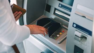¿Qué bancos te cobran más comisiones en cajeros por sacar dinero de otra institución?