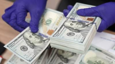 Peso gana el primer 'round' de la semana al dólar