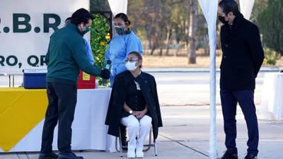 Nadie que no sea personal médico que atiende pandemia debe ser vacunado contra COVID: IMSS