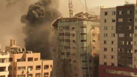 Israel bombardea y derriba edificio que albergaba oficinas de AP en Gaza