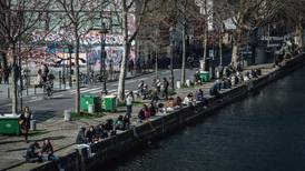 Francia decreta cuarentena hasta mayo ante repunte de casos de COVID-19