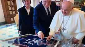 ¡Qué detalle! Messi dedica camiseta del PSG al Papa Francisco