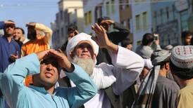 Talibanes cuelgan y exhiben un cadáver en plaza pública de ciudad afgana