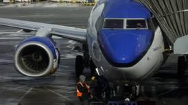 El 737 MAX en tierra pone en riesgo calificación crediticia de Boeing: Fitch