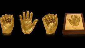 Las manos de Mandela fundidas en oro: la historia de un tesoro único que no ha podido venderse