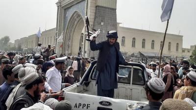 """Afganistán: Presidente sale del país para evitar """"derramamiento de sangre"""""""