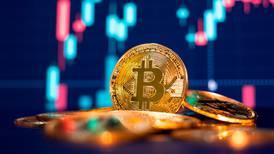 El bitcoin no es moneda legal y bancos no pueden ofrecer al público operaciones con él: Hacienda