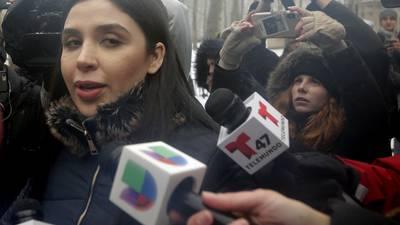 Emma Coronel, esposa de 'El Chapo', pasa en celda 22 horas al día, acusa abogada