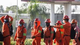 'Nos dan como animales', dicen trabajadores de ICA en Dos Bocas