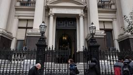 Banco central argentino eleva piso de tasa de interés a 78% ante inflación