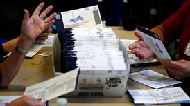 Funcionario electoral de EU fallece tras dar positivo a COVID-19; trabajó el día de los comicios