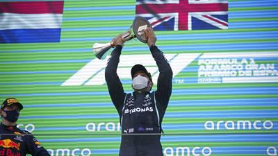 Hamilton gana GP de España de la F1; 'Checo' Pérez queda quinto
