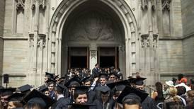 Triste graduación: escuela de EU niega diploma a alumno que portaba bandera de México en su toga