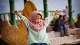 Mujeres y niñas se 'despiden' del hiyab obligatorio en escuelas de Indonesia