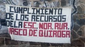 Normalistas bloquean vías ferroviarias en Michoacán