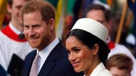 Príncipe Harry y Meghan Markle renuncian a sus títulos reales, anuncia Isabel II