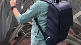 Crean mochila hecha con piel de nopal para que tu cel no se quede sin pila