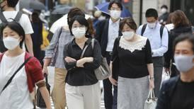 Una buena y una mala para Japón: Casos de COVID bajan, pero extienden estado de emergencia