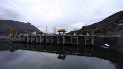 Morena 'suaviza' reforma eléctrica: no cancelará contratos de energía renovable