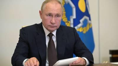 Docenas de casos COVID 'obligan' al presidente Putin a extender autoaislamiento