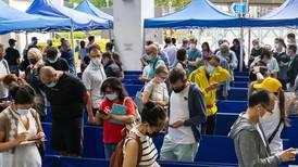 ¡Llueven loterías en Hong Kong! Un Tesla, iPhones y oro a cambio de que su población se vacune