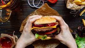 Al menos 2 mil 400 litros de agua se necesitan para producir una hamburguesa, según Agricultura