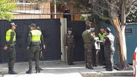 Policía de Bolivia investiga 2 vehículos que intentaron entrar a embajada mexicana