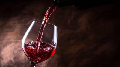 Amantes del vino: un ácido que se encuentra en la bebida podría funcionar como terapia anti-COVID