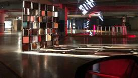 ¿Recorrer un museo en tu auto? Esta exhibición de arte está en un estacionamiento en la CDMX
