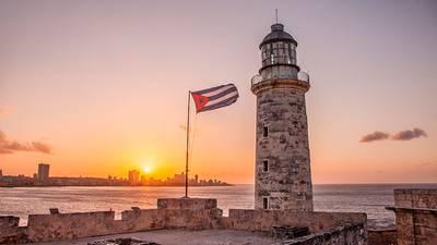 Cuba ofrece vacunar contra COVID a todos los turistas que visiten la isla