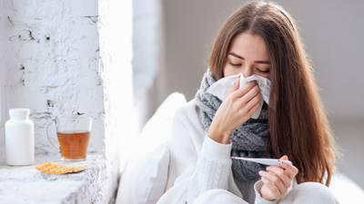 ¿Me dará gripe si me salgo sin suéter con este frío? La respuesta no le gustará a nuestros padres