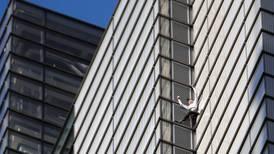 Arrestan al 'Hombre Araña'... escala un rascacielos en Londres