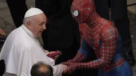 El Hombre Araña pausa su lucha contra el crimen para visitar al papa Francisco