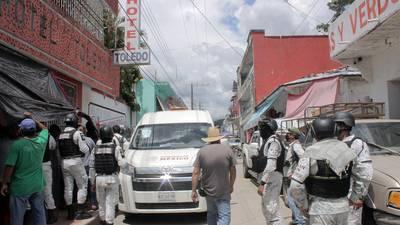 Agentes dispersan entre empujones a tercera caravana migrante