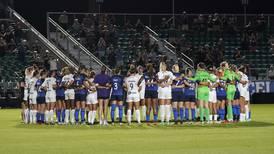 'No dejaremos que nos arrebaten la alegría': Mujeres futbolistas protestan por abusos de entrenador