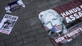 Julian Assange solicita computadora e internet para poder defenderse