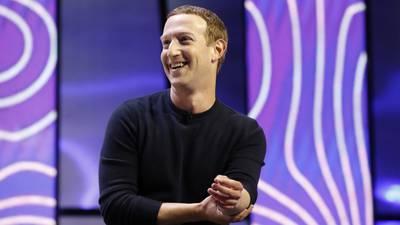 Zuckerberg se disculpa tras colapso de Facebook... y desmiente acusaciones de Haugen